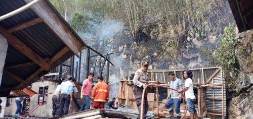 petugas pemadam kebakaran di bantu oleh warga untuk memadamkan api