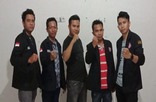 Sejumlah Personil LSM Perak Sulsel Foto Bersama, Usai Melaporkan Sembilan Kepala Desa di Kabupaten Wajo di Mapolres Wajo. Senin (19/10/2020)