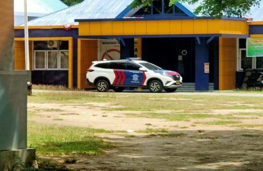 Mobil Satlantas Polres Muna Terparkir di Garasi parkiran Kantor Bupati Muna Barat, Selasa (1/12/2020) siang.