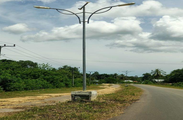 Proyek Lampu Jalan di mubar sultra yang menelan anggaran milyaran rupiah kini sebagain tidak lagi berfungsi.